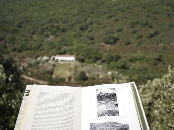 """Hommage à Monsieur Le Lannou (Donu a lu Geografu Le Lannou) Stazzu Lu Cuccu, Vaddi di Cultisia - Cumunu di LocusantuA cumenciu a dananzi lu libbru di lu Geografu Mauriziu Le Lannou, """"Pastori e Massai di Saldigna"""", abaltu i la pagina undi s'agatta la fotografia di lu matessi stazzu (tavola XIX ); chi pudaria esse stata fatta  tra 1930 e lu 1937, In fundali Lu Varangoni"""