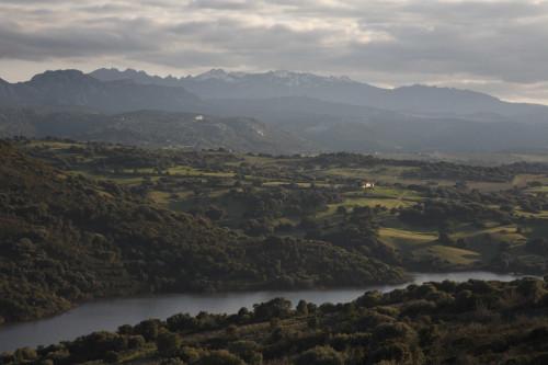 Illuminata Limbara da Carana - Cumuni di Lurisi, Caragnani e TempiuVista di li monti di Limbara. Stazzi di la 'addi di la diga di Liscia e di li muntigghj ch'inghjriani Caragnani