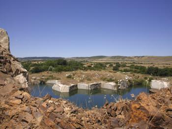 Laghi noi Localitài Muntagnana - Cumunu d'Aggju e TempiuStazzu Muntagnana e cava di Granittu sposta cun ziru d'ea ch'è dendi; in fundali calche stadda e un naracu
