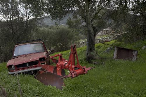 Centuintisetti RuiuLocalitài Pittorra - Cumunu di Lungoni  Stazzu Pittorra, vecchja Fiat e trasti di campagna posti a un latu