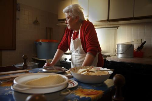 Lu Soli d'Agostina #1 Località Muntagna, Stazzu Sagana, casa nuova - Comune di Tempio Pausania  Facendo il formaggio in attesache l'acqua si scaldi per poter dare forma al formaggio del giorno prima