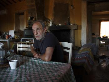 Un caffè? Località Monticanu - Comuni di Palau e Arzachena  Stazzu Monticanu, ritratto del proprietario nella stanza d'ingresso