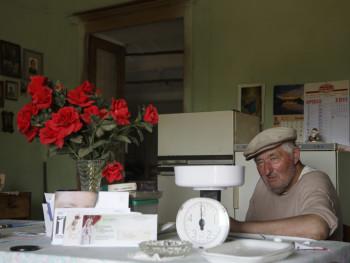 Rose rosse Località Petra d'Arana o Petra lana - Comune di Palau  Stazzu Petra d'Arana, ritratto del propietario