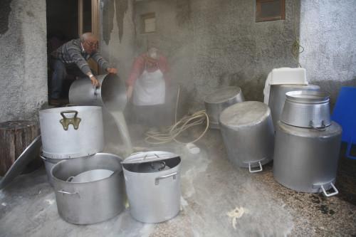 Ea brutta Località San Giorgio - Comune di Palau  Festa campestre di San Giorgio, dopo aver cucinato la trippa per la cena del Vespro, i soci svuotano i pentoloni dall'acqua sporca