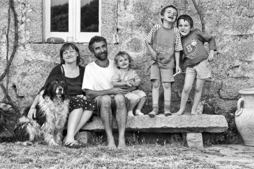 La Familia #2 Località Li Capruleddi, Campu Rutundu - Comune di Tempio Pausania  Stazzu Lu Furraccu. Ritratto di Famiglia sulla panca di granito all'esterno della casa