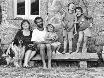 La Familia #2 Localitài Li Capruleddi, Campu Rutundu – Cumunu di Tempiu  Stazzu Lu Furraccu. Ritrattu di Familia 'nantu a la strada (lu pusatogghju) di granittu fora di casa