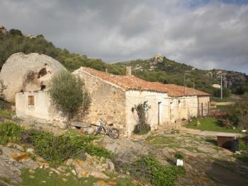 Stazzu Maltineddu Località Maltineddu - Comune di Palau  Stazzo con tafone di granito adiacente