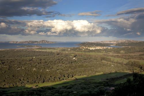 Niuloni  Masconi, Pittorra - Comuni di Santa Teresa Gallura e Palau  Panorama della bassa valle del Liscia. Barrabisa (frazione di Palau), Porto Puddu, Spargi, Corcelli, La Maddalena