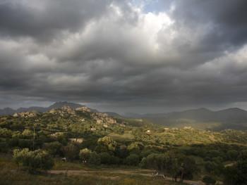 Un raggio di sole  Località San Giacomo - Comuni di Sant'Antonio di Gallura e di Olbia  Sullo sfondo Cugnana e i monti di San Pantaleo, Capo Figari, Sole Ruju e Monte Plebi