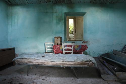 Turchese Località Sa Mesana - Comune di Oschiri  Interno di stazzo abbandonato, giaciglio utilizzato da pastori