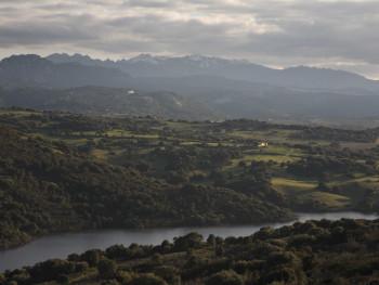 Illuminata  Limbara da Carana - Comuni di Luras, Calangianus e Tempio Pausania  Panorama del Limbara. Stazzi della vallata della diga del Liscia e delle colline circostanti Calangianus