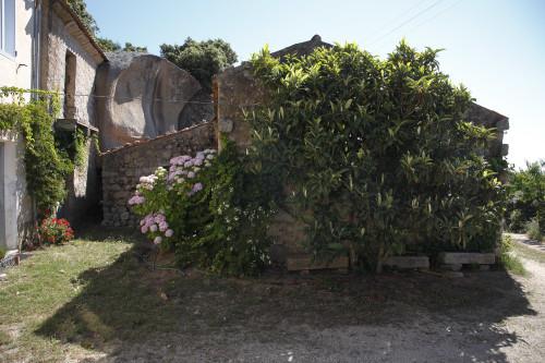 Li Stradi Località Monte Majori - Comune di Luras Stazzu Monti Majori. Particolare delle case più vecchie e del tafone. Sotto il nespolo le classiche panche in granito (Li stradi)