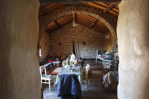 L'alcu  Località Monticanu - Comune di Arzachena e Palau Stazzu Monticanu. Interno della stanza d'ingresso con grande arco in granito