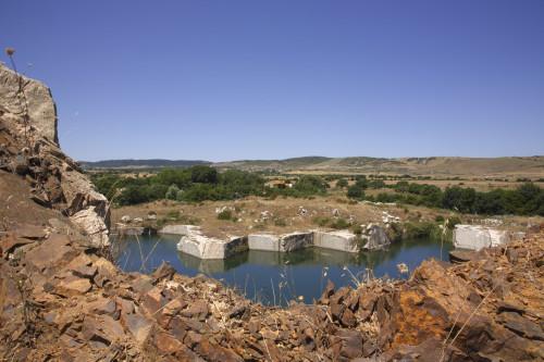 Nuovi Laghi  Località Muntagnana - Comuni di Aggius e Tempio Pausania  Stazzu Muntagnana e cava di Granito dismessa con acqua sorgiva in emersione. sullo sfondo alcune stalle ed un nuraghe