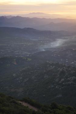 Fumaccia  Località Monte Moro -  Comuni di Arzachena, Sant'Antonio di Gallura, Calangianus, Olbia e Tempio Pausania  Valle di Santa Teresina, Pirazzolu e sullo sfondo il Monte Limbara