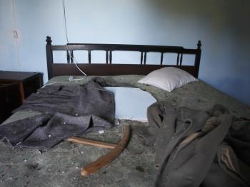 """Il tetto sul letto, un """"capitali"""" Località Stazzu Scalia, Muntiagliu - Comune di Aglientu  Stazzu Scalia, stazzo abbandonato, particolare di camera da letto"""