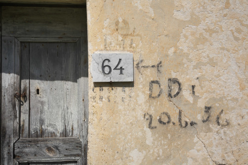 Diddittì 56 Monte Pino, Muddizza Piana - Comune di Olbia  Particolare esterno di stazzo disabitato, scritte residuali della campagna di disinfestazione con D.D.T. del 1956, sullo sfondo la vecchia porta
